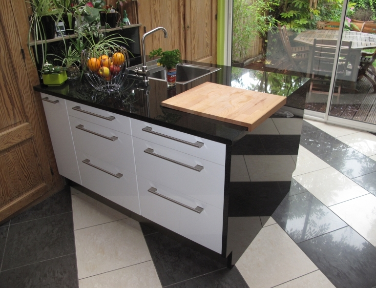 <p>Absolute black granite kitchen countertop and side.</p>